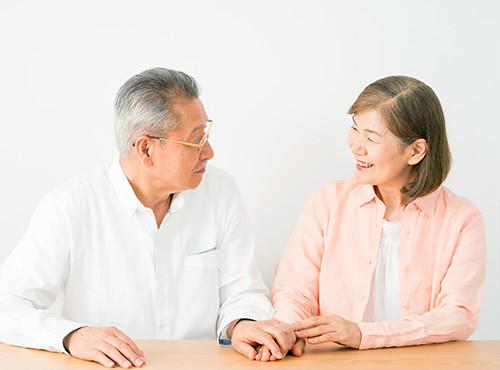 手を取り合う老夫婦